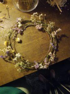 Photo d'une couronne de fleurs pendant l'atelier art floral