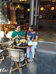 Photo de personnes discutant au café en extérieur