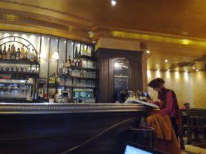 Photo d'une personne assise au comptoir d'un café