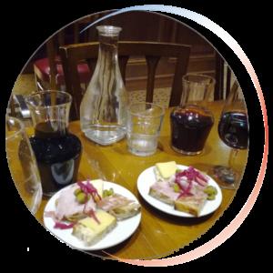 Vignette ronde apéro, eau, vin et tartinettes de charcuteries et fromages