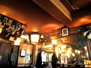 Photo d'intérieur d'un café style décor années 30